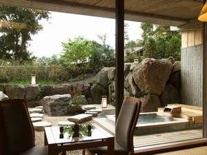 庭園露天風呂付客室。四季折々の美しい庭園に心が癒されます。