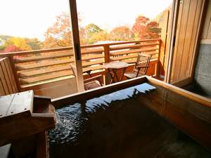紅葉を眺めながらの入浴もまた格別