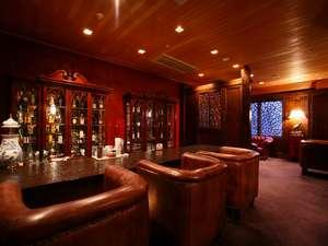 重厚でクラッシクな雰囲気の「レイクバー」。大人の夜をお過ごしください。