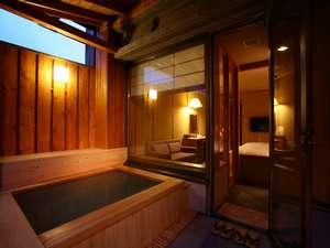 露天風呂付ツインルーム。プライベートな入浴をお楽しみいただける造りとなっております。