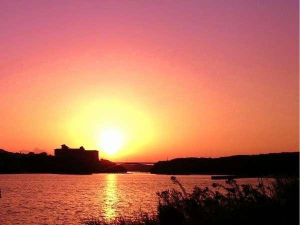 賢島大橋にかかる夕日。日本夕日百選の絶景を。当館より車で3分、のんびり散歩で10分少々。