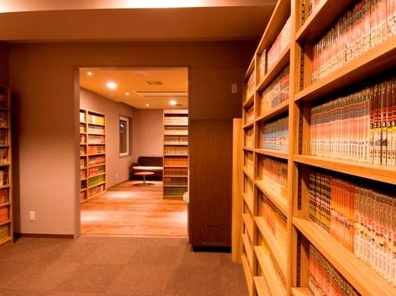 ◆2階にございます6,000冊以上の漫画コーナー。お部屋着でごゆっくりお寛ぎ頂けます。