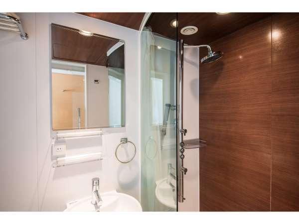 【シャワーブース】バスタブの代わりに多機能シャワーを備えております。】