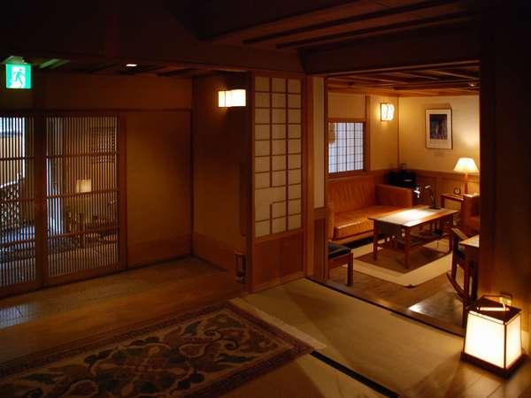 クラシックの音楽が優しく出迎える玄関。奥の応接室にてとウエルカムドリンクをどうぞ・・