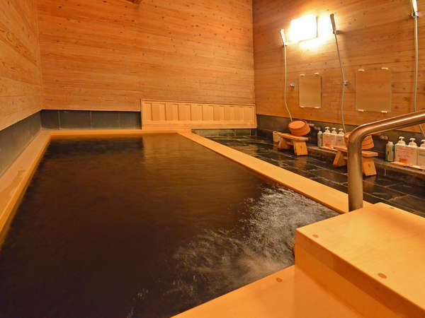 貸切風呂【杉の湯】大人4名様まで入浴可能。壁一面に地杉をふんだんに使用した浴室です。