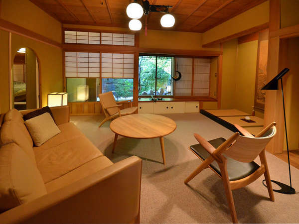 日本の伝統建築様式・数寄屋造りの中に、カールハンセン社(デンマーク)の家具を採用致しております