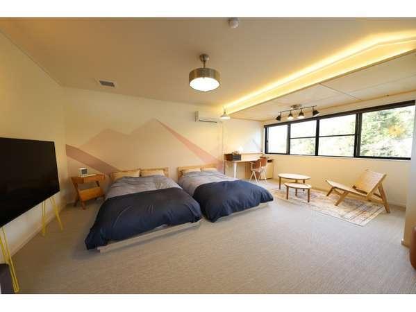 【本館202号室】デザイン、インテリアにもこだわった温かみのある雰囲気の洋室14畳のお部屋です。