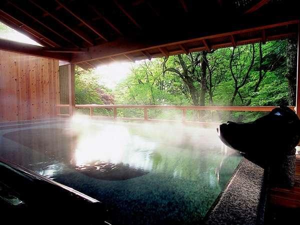 朝のみ解放される渓流沿いの野天風呂「紅葉」。澄み切った空気の中での早朝湯浴みはオススメ