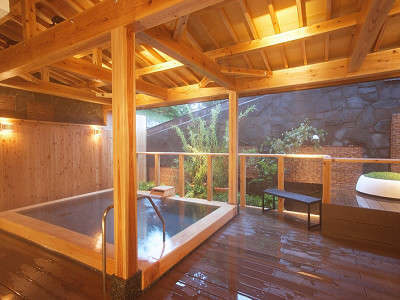 2014年7月4日に誕生した露天風呂。自然石と檜の2種類あり