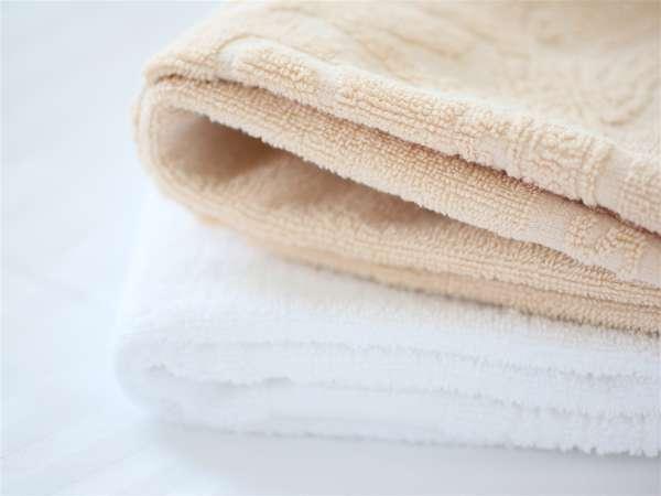 ラグジュアリータオル(2名以上の客室では、色違いのフェイスタオル、バスタオルをご用意しています)