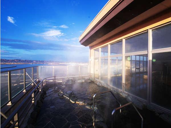 【露天風呂-岩風呂】西側に位置するからこそ<蔵王連峰>ののどかな風景が♪朝風呂もおすすめ!