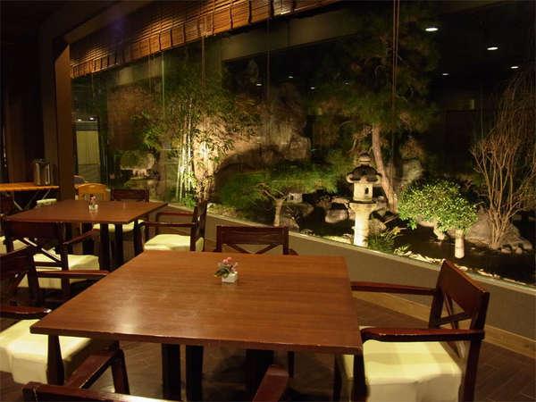 日本庭園を眺めながらお食事をお楽しみ下さい