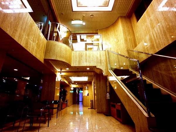 ロビー 2階までの吹き抜けシャンデリアがお客様をお迎え致します。ようこそ ♪福岡アルティ・インへ♪