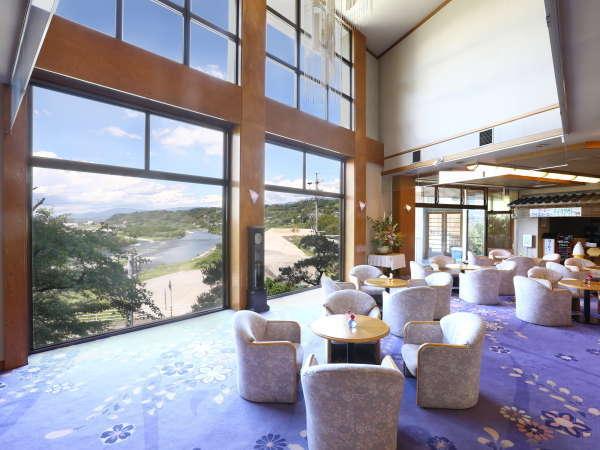 ロビーラウンジ・・・ご入館後すぐ目に飛び込むのが、広いロビーと天竜川の眺望です