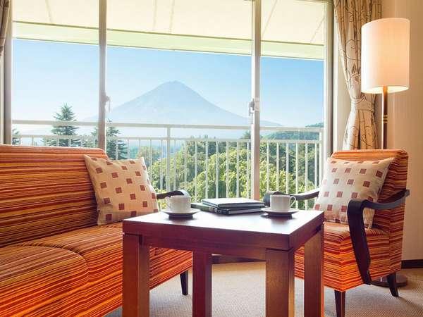 *富士山側のお部屋からは、刻々と表情を変える富士の姿が眺められます