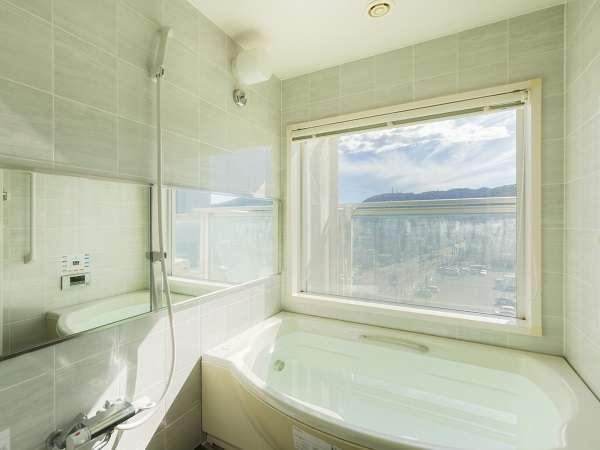 洗い場付きビューバスが標準仕様。日中は太陽の光が降り注ぎます。