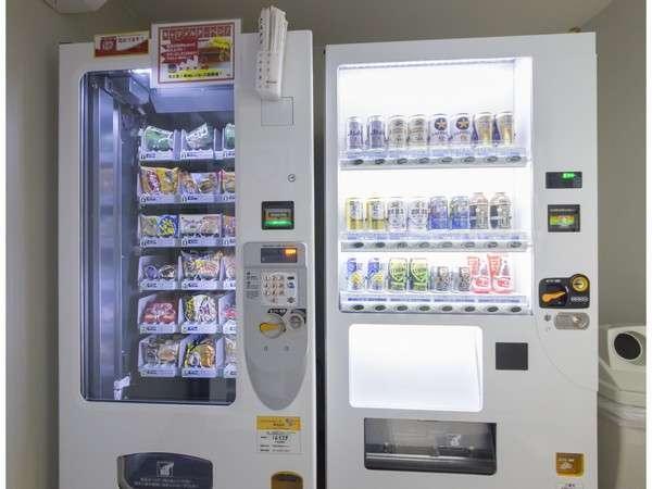5階には、ジュース、お酒、軽食が買える自販機コーナーも完備!