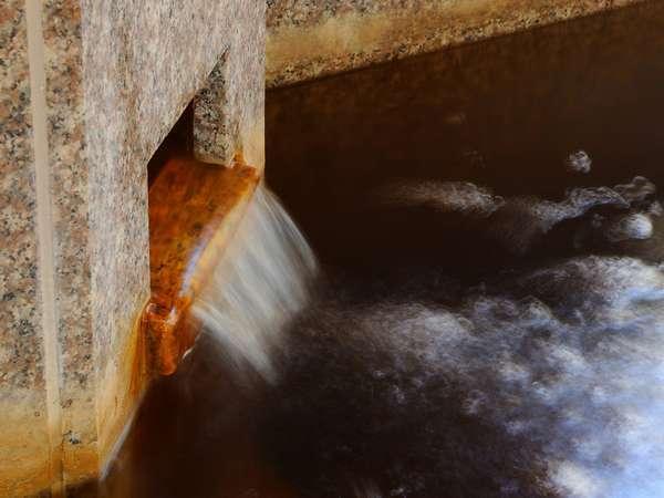 【大浴場滝口】当ホテルの温泉は、自家源泉で豊富な湯量を誇り、毎分70リットルを湧出しています。