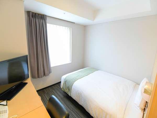 セミダブル。広さ15平米、ベッド幅140cmとコンパクトになります。