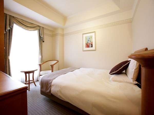 【スーペリアシングル/約16平米】ベッド幅140cm。1名でも2名でもご利用可能です。