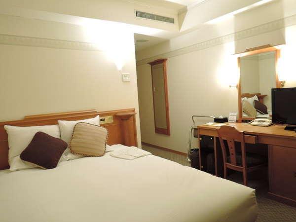 【スタンダードダブル/約16~17平米】ベッド幅160cm。クイーンサイズのベットで2名でも広々利用できます。