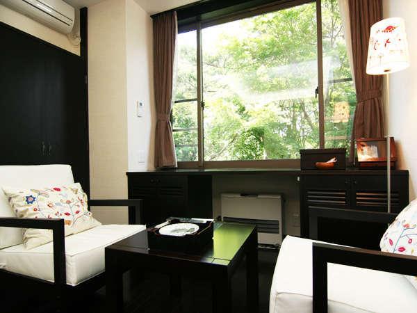 *窓から緑が眩しい リニューアル洋室一例(本館)