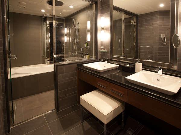 最上階「グランヴィアフロア」コンフォートツイン 窓やレインシャワー、洗い場、浴室音響システム等を配備