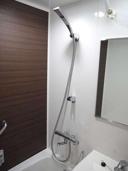 清潔感あふれるバスルームに。鏡も大きくなりました。
