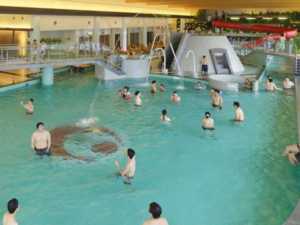 室内プール室内温水プールなので天候・季節を気にせず、1年中ご利用いただけます。