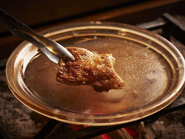会津地鶏を水晶板焼きで。確かな歯ごたえの中に、ぎゅっと閉じ込めた肉汁!