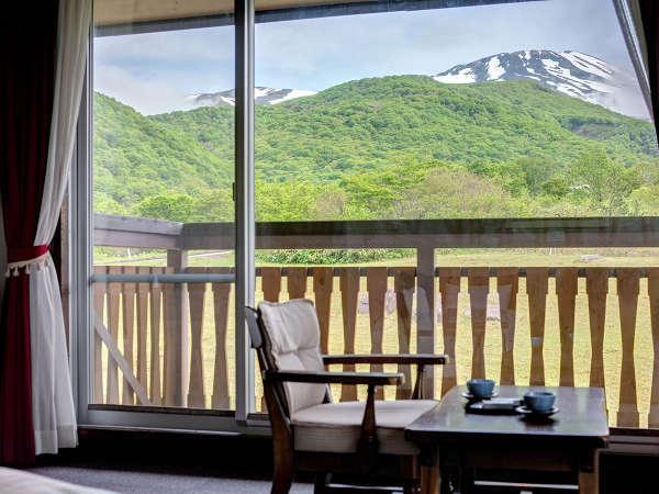 *【客室一例】窓越しに鳥海山を望む贅沢なひととき