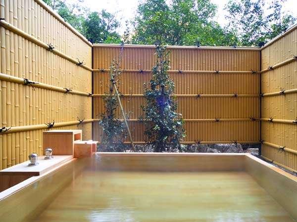貸切風呂『一笑』。檜の香りとともに、天然温泉をお愉しみください