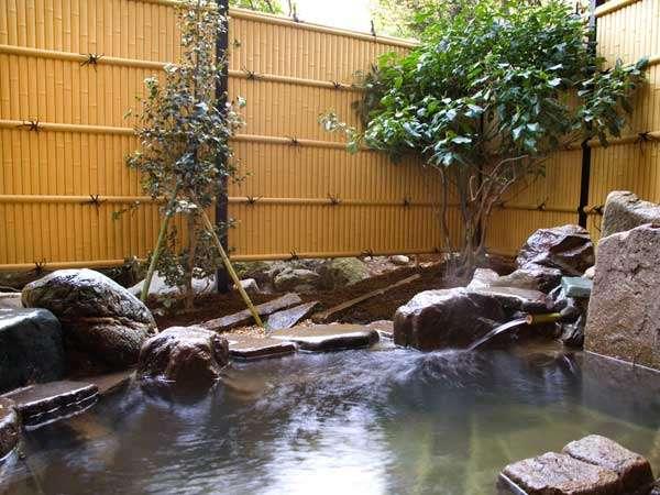 趣きある岩造りの貸切風呂『竹雀』。貸切風呂は、岩、檜、石の3種類あり全て先着順45分無料
