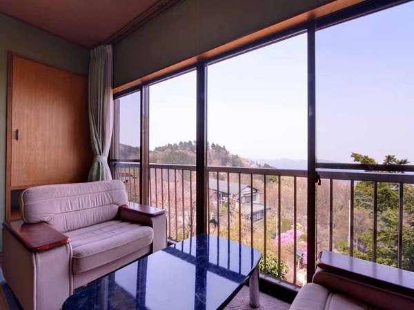 *百合(客室一例)/窓辺の椅子に腰かけて、どこまでも広がる関東平野を一望。