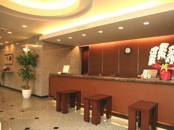 本館フロント。24時間スタッフが常駐しております。遅い到着でも安心でございます。