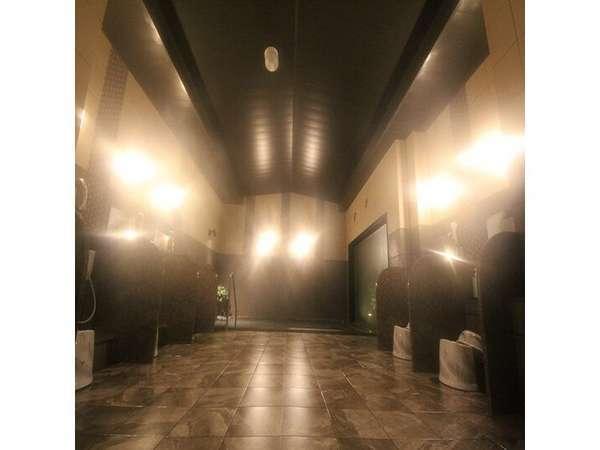グランドアネックス館女性大浴場浴室。本館よりも広く、坪庭は日本庭園をイメージ。