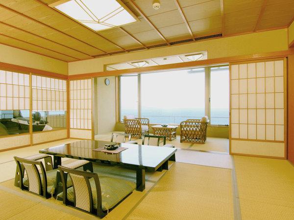 最上階に二間続きの広々としたスペースをとった特別室。檜造りの風呂、ツインベッドもございます。