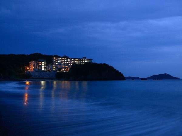 海辺にそびえるリゾートホテル