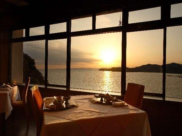 レストラン=夕刻には優しい光がふたりをつつみこむ