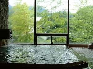 川沿いにある大浴場。