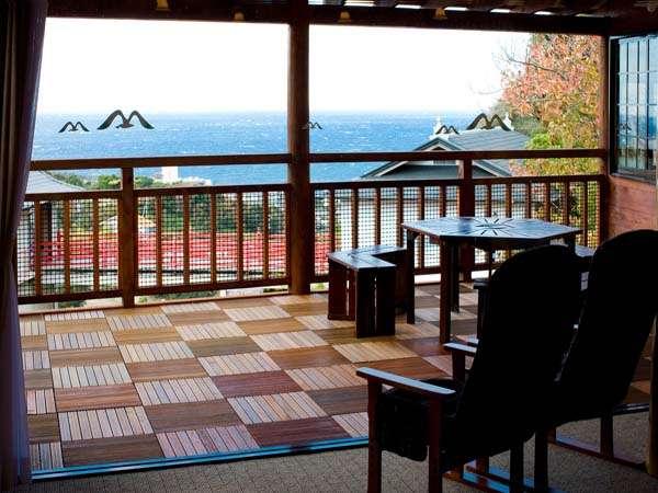 【お部屋】別荘Bタイプの洋室からのオープンデッキとその景色。