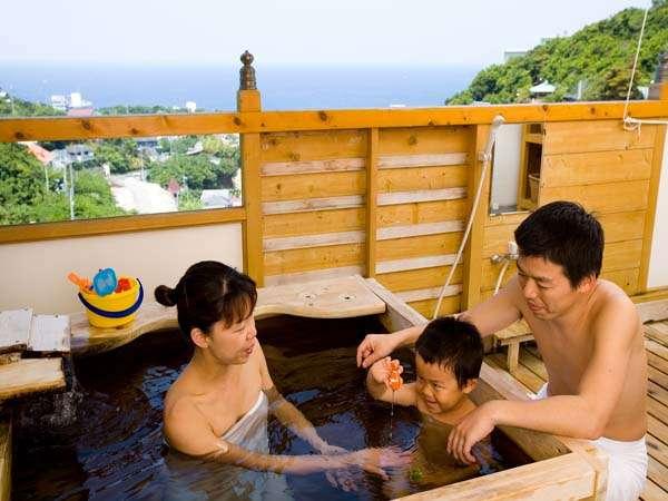 【お風呂】大きめの湯舟と洗い場。お子さまもお風呂大好きに。