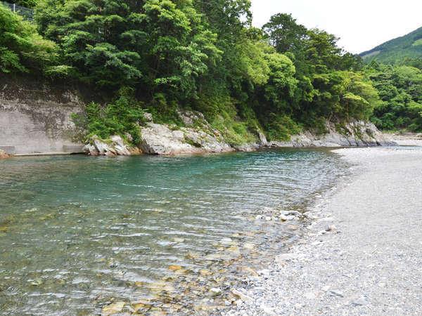 【銚子川】透明度が非常に高く「銚子川ブルー」と呼ばれ、テレビでも話題です!