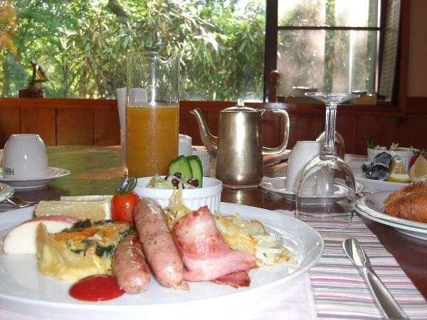 やわらかな朝日の中での朝食はいかがですか!