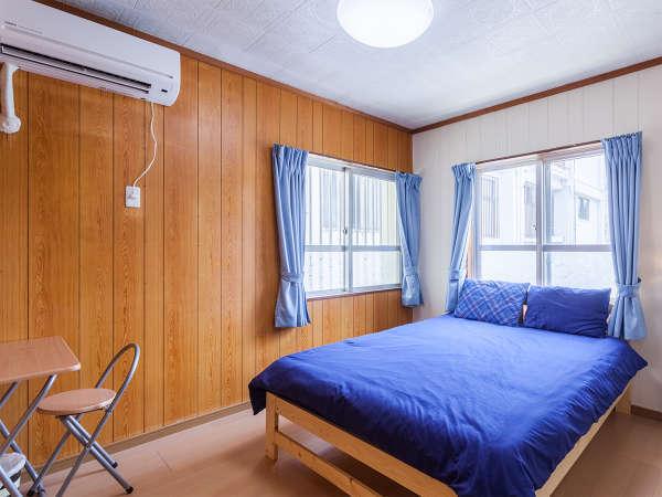 専用の玄関で入る4LDK仕様は8名様宿泊可。写真はダブルルーム。トイレ2ヶ所あり。もちろん貸切で安心