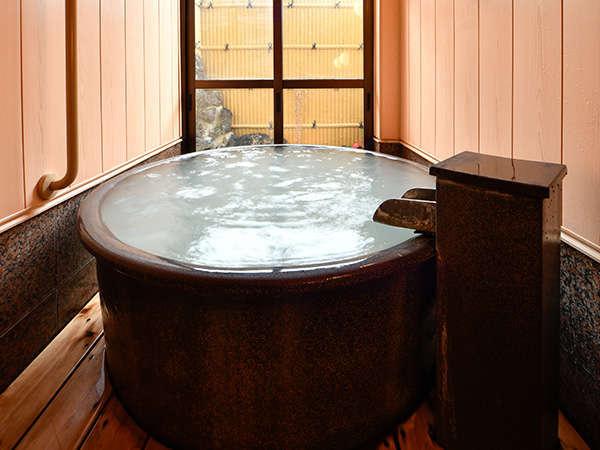 「永楽の湯」無料貸切風呂(丸風呂)利用時間40分。源泉【地蔵の湯】は宿のすぐ隣から噴出。