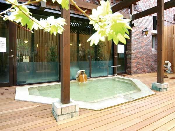 【大浴場】露天風呂(昼)・月変わりのハーブバスをお楽しみくださいませ。