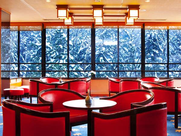 ガラス越し一面に、鶴仙渓の冬衣をご覧頂けます。