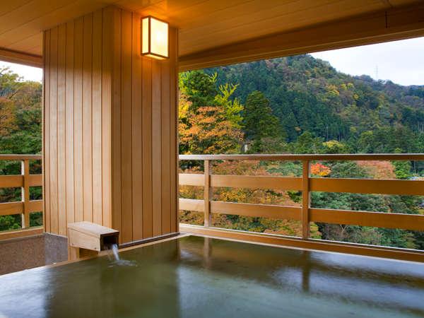 「月」露天風呂付き客室。秋色の山々や鶴仙渓を眺めて寛いで
