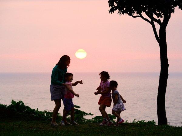 ホテル中庭から望む雄大な夕日。大切な方との思い出に…。
